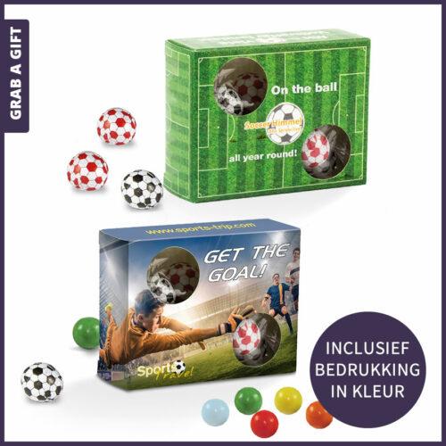 Grab a Gift relatiegeschenken - Voetbaldoosje bedrukt in kleur inclusief ca 11 kauwgomballen in voetbalfolie